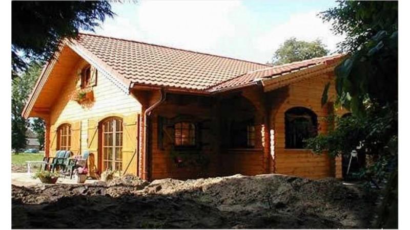 Wir bieten Blockhaus mit Montage.
